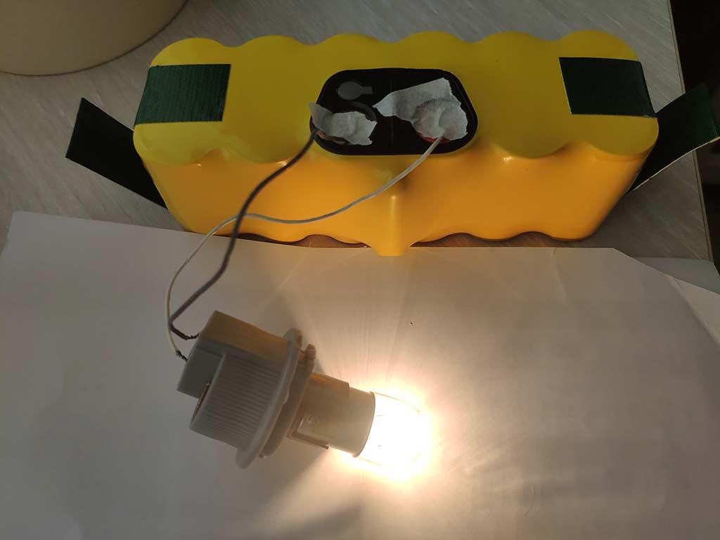 Разряжаем АКБ при помощи лампы